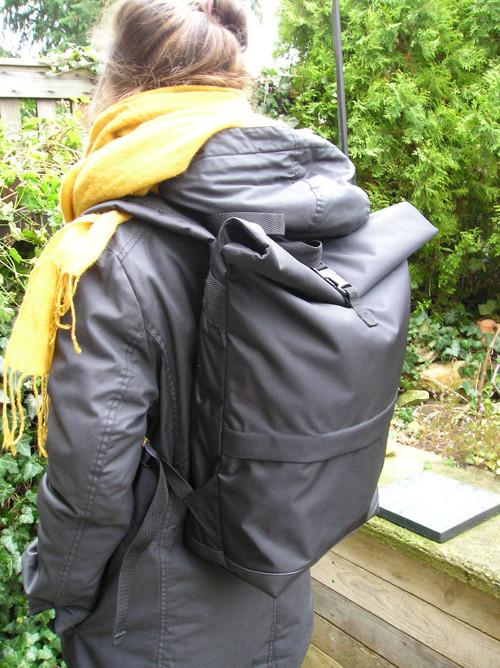 Batoh rolovací černý s boční kapsou 11