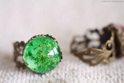 Prstýnek zdobený s zelenými kvítky SLEVA Z 233,-