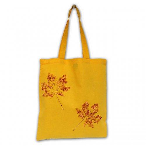 Žlutá taška s javorovými listy