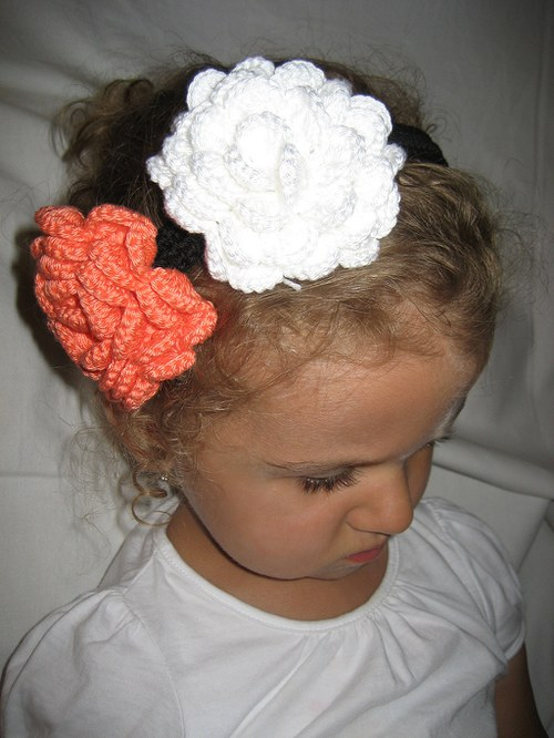 Háčkovaná čelenka s kytkama - bílá/oranžová /černá