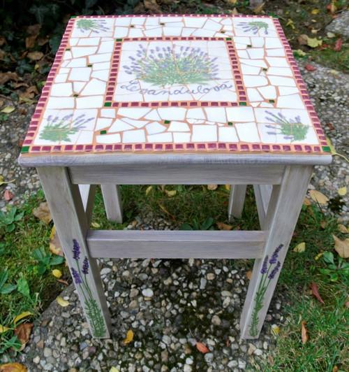 Levandulová stolička s mozaikou