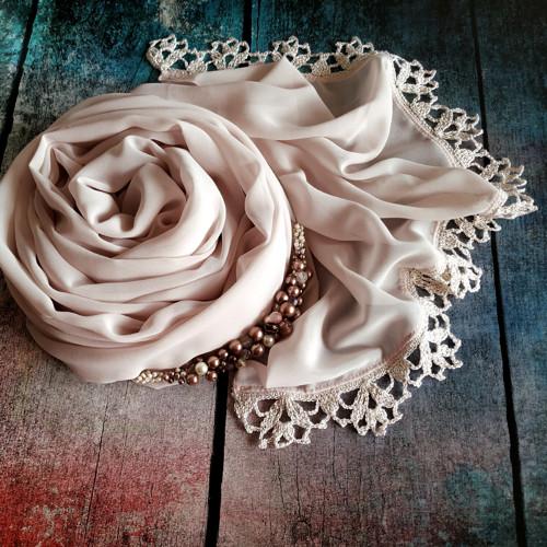 Zrození perly - pudrový šifonový šál s krajkou