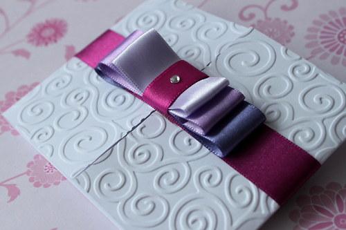 Svadobné oznámenie - biele s fialovými mašlami