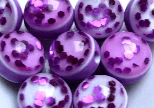 Plastové kuličky s glitry 8 mm - fialová / 4 ks