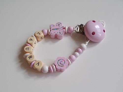 Světle růžový klip na dudlík - motýlek, kytička