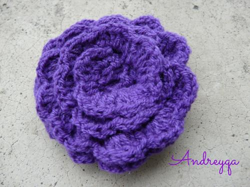 Háčkovaná brož fialka