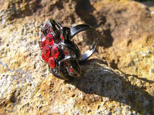Prsten velký s červenými kameny