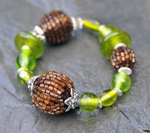Náramek - hnědé a zelené korálky  B0033B
