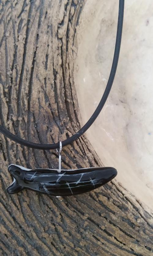 Porcelánový přívěsek Rybulka z černé tůňky.