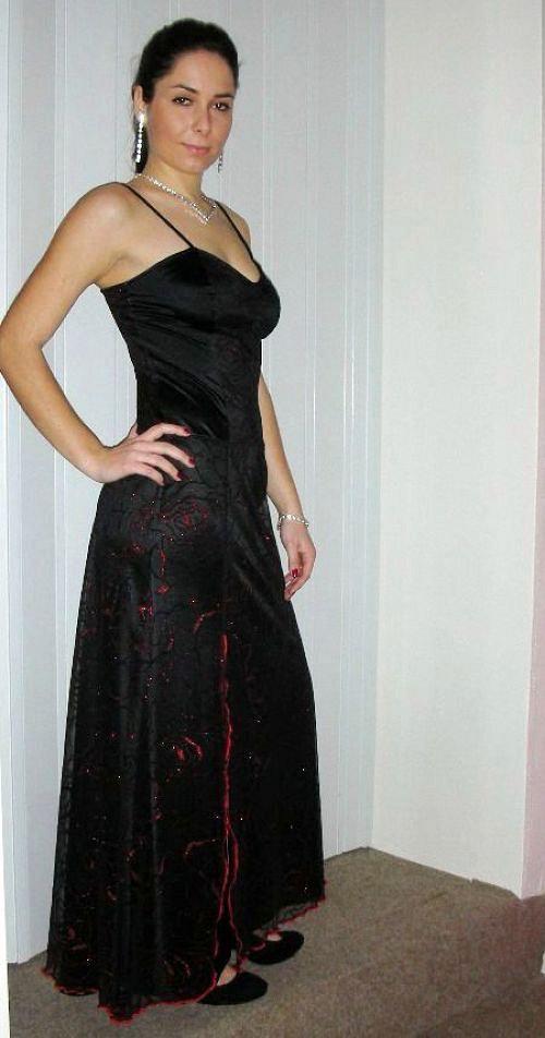 Šaty s červenočerným vzorem