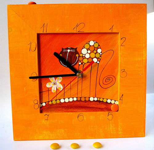 hodiny s velkou kukačkou - oranžové s kočkou