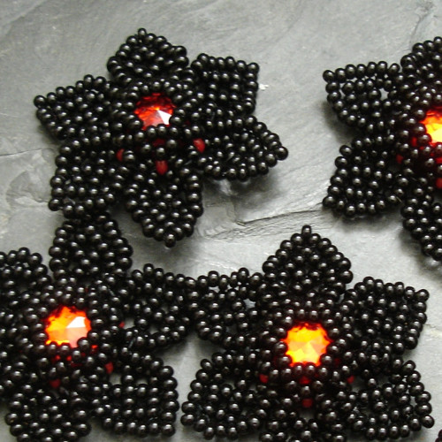 Šitá květinka - černá s červeným středem - 1 ks