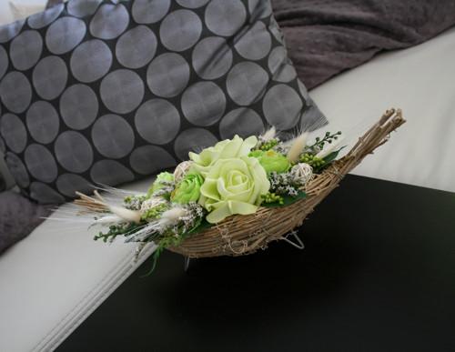 Proutěná gondola s růžemi a pryskyřníky
