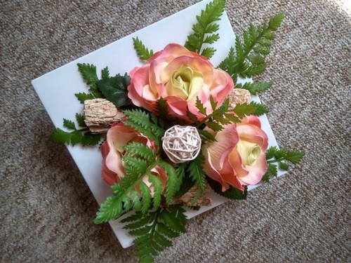 Menší bílá ikebana s růžemi