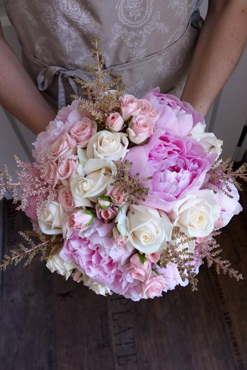 Romantická růžová svatební kytice