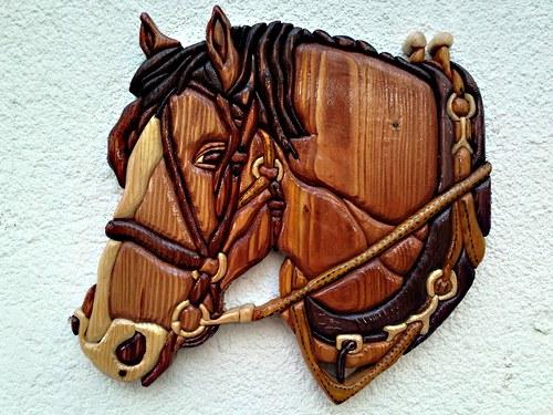 Skládaná dřevěná intarzie kůň s postrojem