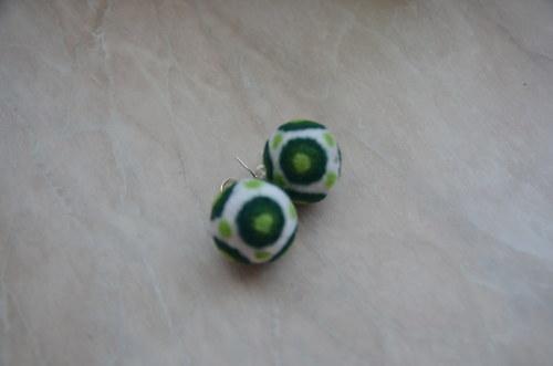 Bílé se zelenými terči