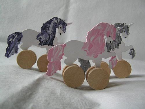 Jednorožec na kolieskach - dřevěná hračka pro děti