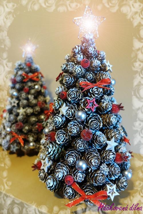 Vánoční stromeček ze šišek - červený