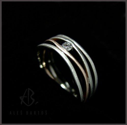 "prsten \""proudy\"", bílý briliant"