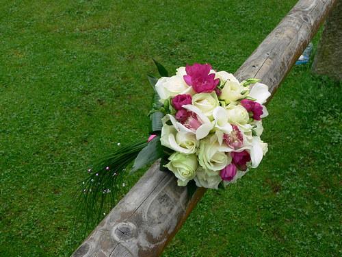 Fuchsiovo bílá - kulatá kytice s ohonem