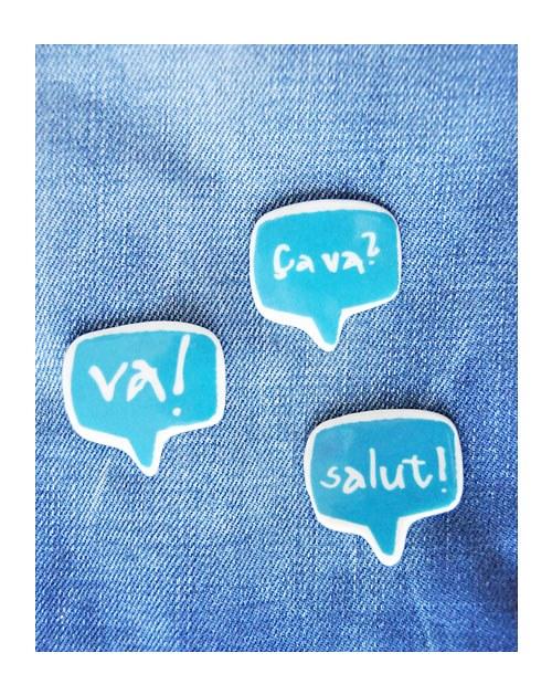 """Porcelánová brož \""""ça va\"""".) CMYK modrá"""