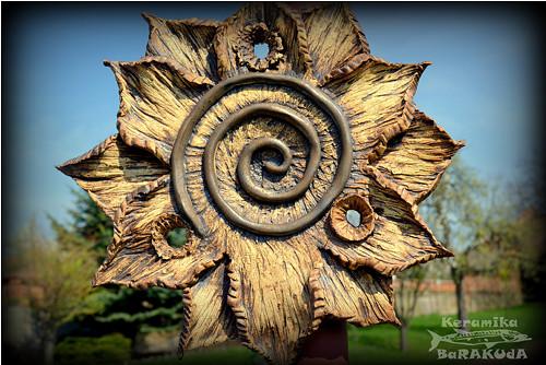 Slunce s bronzovou spirálou, dekorace na fasádu