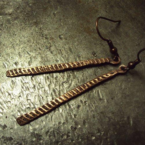Hadí kůže- měděné náušnice