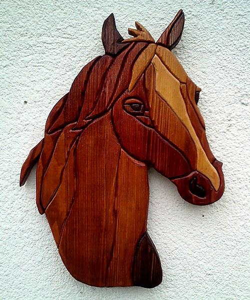 Kůň - skládaná intarzie na zeď