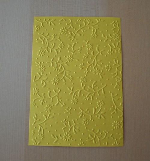 Embosovaná stránka A6 tmavě žlutá - kytičky 1ks