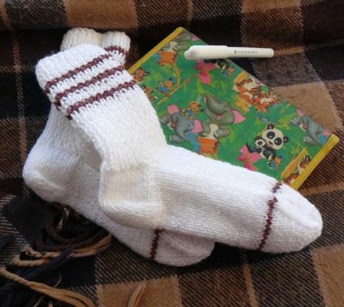 Ponožky s hnědým proužkem
