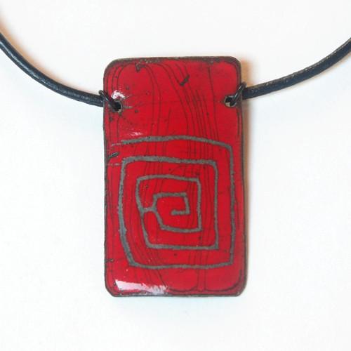 Červený s labyrintem - smaltovaný náhrdelník