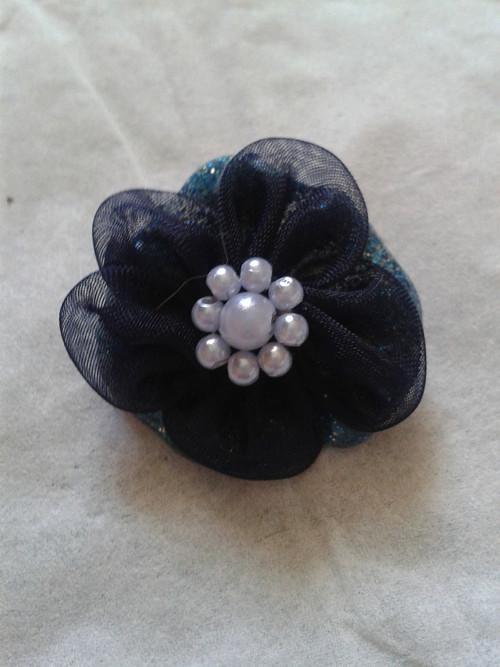 Brož modrá s tmavou květinou