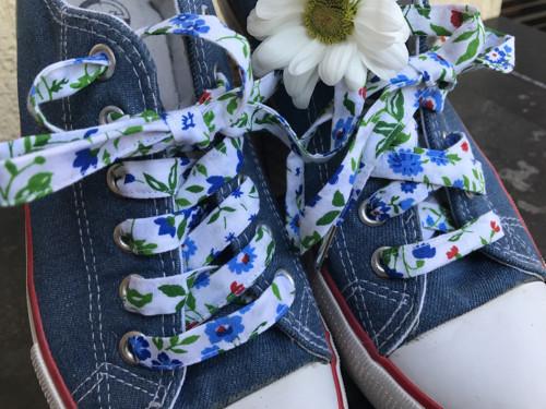 Tkaničky do bot - s modrými poměnkami