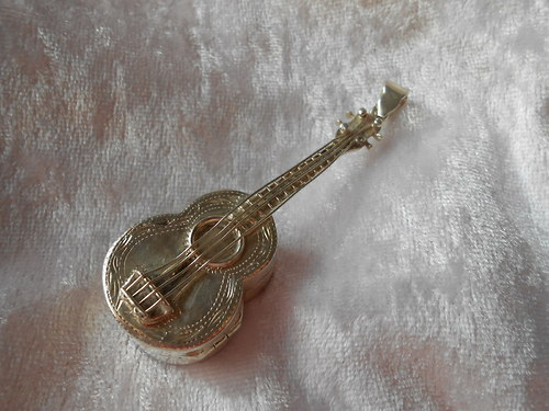 Sříbrný přívěsek - Kytara ( medailonek)