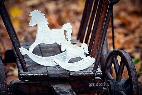 houpací kůň větší -šedá patina