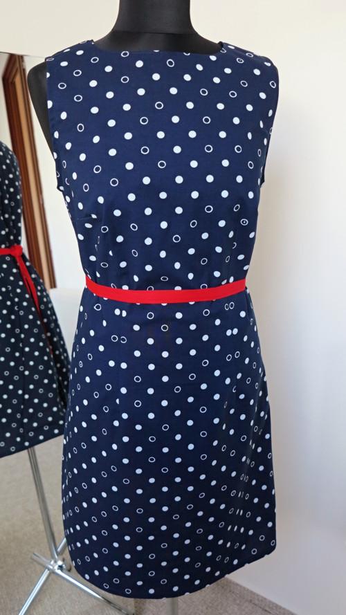 šaty pouzdrové, jednoduché, lodičkový výstřih