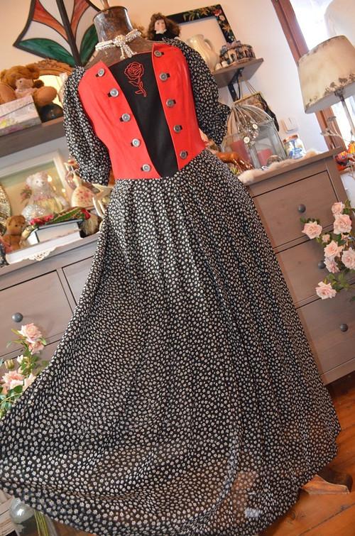 Krásné dobové šaty s růžičkou vyšitou