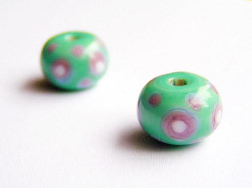 Hráškový donut s bílými puntíky ((V97))