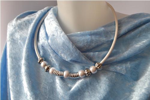 Bílý náhrdelník s perleťovými a stříbrnými korálky