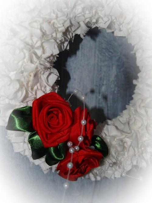 Vypichovaný látkový věnec v romantickém stylu