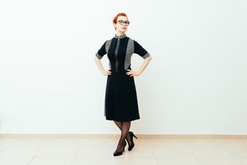 Šaty se zatřeným zipem a kontrasními detaily