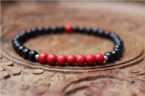 Černo-červený dřevený naramek