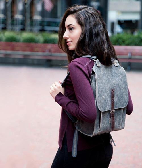 Kožený batoh šedý s tm.hnědým řemínkem