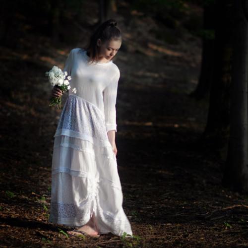 Větýrek bílým šatem vlaje... Bohémské, gázové