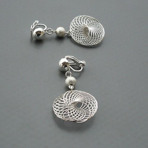 Stříbrné kovové klipsy