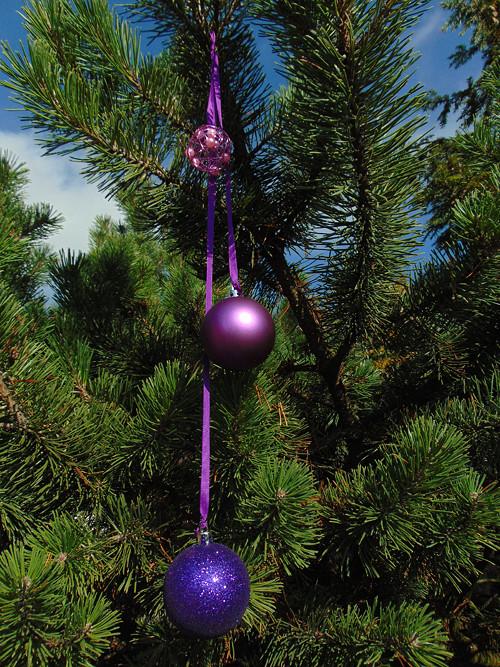 Vánoční ozdoba-závěs fialových baněk