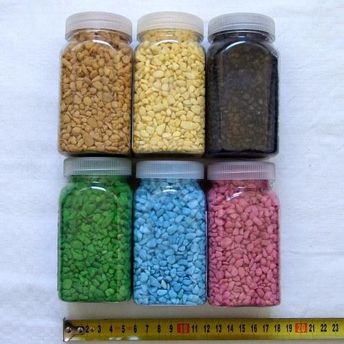 Dekorační kamínky v různých barvách