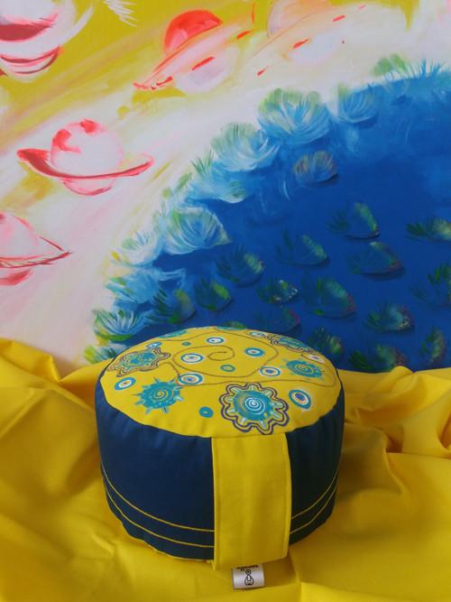 Meditační polštář s malbou a výšivkou
