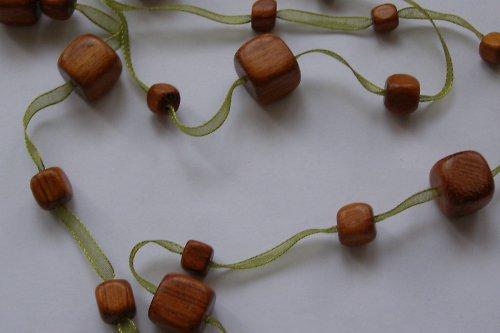 Dřevo v trávě
